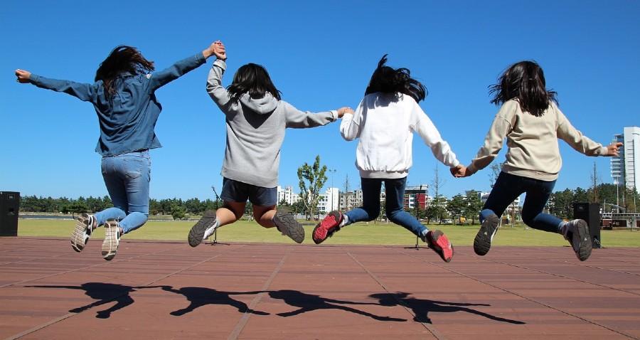 Teen-Girls-Jumping